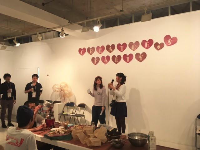 主催のコペンカレッジ代表のよっぴーこと堀之内千恵さん(右側)による乾杯。 左手下に写る男性二人は、デザートのチョコレートファウンテンを作成中。
